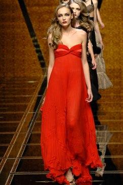 model vestida de Valentino
